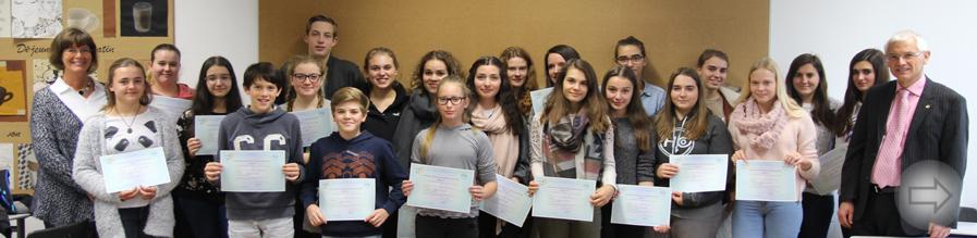 Über 30  Schülerinnen und Schüler des Starkenburg-Gymnasiums erhalten ihre internationalen Französisch-Diplome