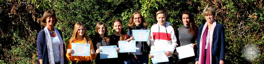 Schülerinnen und Schüler erhalten ihre internationalen Französisch-Diplome
